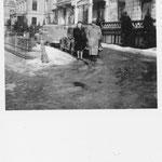 Caroline Grouwet, Harry Dreesen 15.03.1947, voor het Grand Hotel Wientjes in Zwolle