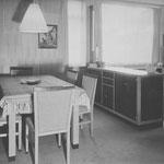 HD N°680 Dressoir; 1005 Stoelen; 1047 Tafel