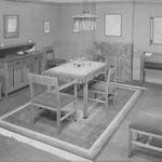 HD N°395 Spiegel, 426 Dressoir, 475 Meubel, 479 Tafel, 480 Stoel, 481 Armstoel; Eetkamermeublement in blank sla.eiken; meubel met coromandel versiering