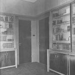 Bovenrand grijsgoud grasweefsel; Betimmering: blank glas; eiken met palisander; Tapijt: conac kleuring moquette