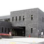 吉田食堂: この建物は吉田食堂です。吉田南キャンパスにあります。新入生は主にこの食堂を利用するため、昼食時にはここに行列ができ、ほぼ満席になります。その時以外は、食事を受け取るまでの長い行列も無く、席にもすぐに座れます。