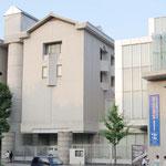 総合博物館: 立派で綺麗なこの建物は京都大学総合博物館です。土器や石器などの文化史上の資料や、化石などの自然史上の資料を所蔵し、動植物の生態についての展示や解説が行われています。京大生は入館料が無料になるので好きなときに訪問することができます。
