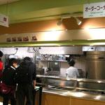 北部食堂…写真は北部食堂の様子です。2014年5月にリニューアルオープンし、建物の2階にはショップやホールも併設しています。北部食堂はほかの食堂とは一味違った独特のオーダーメニューがあり、リニューアル前から美味しいと評判です。食堂は学部生、院生や教授だけでなく、外部の方も自由に利用することができます。