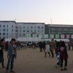 吉田グラウンドは「おまつり広場」と称しておよそ70の屋台が立ち並びます。またステージも作られ、多くの有名サークルの発表だけでなく、芸能人のトークショーやライブも行われます。前夜祭と後夜祭ではキャンプファイヤーも行われます。