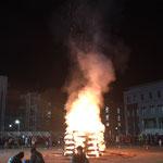 京都大学11月祭の前夜祭キャンプファイヤーです。お祭りの開幕とともに学生のテンションも燃え上がってますね。吉田グラウンドではサークルや部活などの団体が出す出店でとても賑わっています。