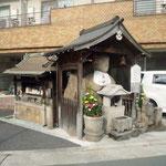 子安地蔵: 公道に鎮座している、子安地蔵です。京都ではこの様に、普通の通りに大小様々なお地蔵さんがあることがあります。大阪や東京の中心街などと比較して、京都ならではの特色といえるでしょう。
