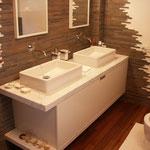 mobile da bagno laccato opaco bianco con frontale unico. top e base in marmo di carrara sp.8