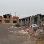 zerstörtes Häuser an der Straße nach Slawjansk