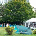 Enfants en Vacances avec Tonnelle et Matériels fournis par le Camping