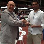 Nuestro Maestro haciendo entrega en Galicia a Santiago de su licencia de la temporada pasada...
