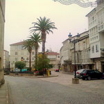 Der Weg  in Celanova zum Marktplatz führt an kleinen Kneipen und vielen Schaufenstern vorbei.
