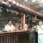 Wer wenig Zeit hat geht  in die kleine Bar Tellado auf einen vino und einen jamon serrano (Serranoschinken) oder einen kleinen Teller Pulpo, der mit scharfem Paprika gewürzt ist.