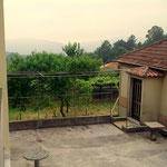 Über den Hof in Sobrado geblickt liegt das eigentliche, ehemalige Elternhaus, das heute....