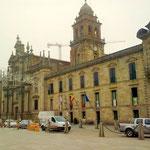 auf die beeindruckende Fassade des Monasterios, in dem heute die Stadtinformation und das Polizeirevier untergebracht sind, und in dem sich..