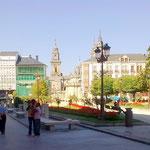 Dann der große Stadtplatz mit der Kathedrale im Hintergrund auf der einen Seite und mit dem..
