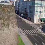 ..deutet der Zebrastreifen unten etwa die Leitern an, mit denen man die Mauern überwinden wollte?!