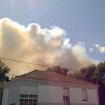 Hinter dem Nachbarhaus Rauchschwaden und schon ein erstes Flugzeug der Feuerwehr.