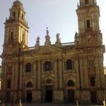 und die Fassade der aus vielen Stilrichtungen zusammengesetzten Kathedrale.
