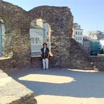 Einige Mauerreste geben Platz für Phantasie. Nette Phantasie!!