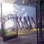"""""""Diese Wand ist einsturzgefährdet"""": scheinen diese seltsamen Restaurationsobjekte zu bedeuten."""