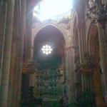 Das düstere Innere der Kathedrale lenkt die Blicke automatisch nach oben zum Licht. Jemand hat gesagt, dass man dort nicht einmal die Klamotten der Nachbarn sehen kann. Vielleicht gehen gerade deshalb viele in diese Kirche?