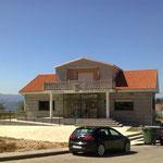 Ankunft am Lande, Sobrado, Pilars Heimatort. In der Mitte das Rathaus, im Hintergrund links davon die Wohnung, rechts das Nachbarhaus.