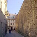 Die Bewohner direkt innerhalb der Mauer haben leider nur Aussicht auf Schallschutz.