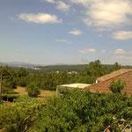 Die helle Linie in der Mitte, unterhalb des Horizontes ist die Straße, über die man von Vigo aus (Flughafen) in etwa einer Stunde mit dem Auto hierher gelangt.