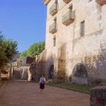 vorbei an den monströsen Befestigungsbauten des Monasterios.