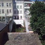 Von der Mauer aus blickt man nach innen auf viele kleineTerrassen, Gärten und ...