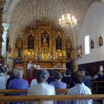 In der Kirche eine Messe für die verstorbenen Angehörigen.