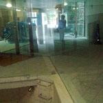 Geschäfte hinter dickem Glas, Licht im Hintergrund und modernisierte Einstiege in den Untergrund sind sichtbar eingefügt.