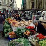 Der Markt bietet ein Farbenspiel von herrlichsten Gemüsen und Früchten.