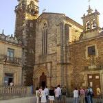 Es gibt einige Kirchen (heute teilweise Museen) in dieser früher auch innerlich zerstrittenen Stadt. Im Mittelalter soll es Krieg zwischen Herrschern und Klerus um die Macht gegeben haben, bei dem einige! Bischöfe erstochen wurden.