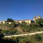 Diese gigantische Klosteranlage und der kleine Ort mit seinen Häusern wirken wie ein Ozeandampfer umgeben von kleinen Fischerbooten.