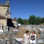 Pilar mit ihrer Schwester Herminia am Grab der Großeltern.