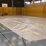 Folie verlegen zum Schutz des Hallenbodens
