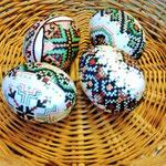 Uova dipinte con decori specifici della tradizione Bucovina, realizzate utilizzando cera d'api