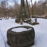 Kaimen - Тростники памятник 1 Мировой войне у кирхи и средневековая крестильная чаша.  2009 г.