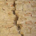 Mauerriss wegen Setzungen des Fundaments