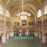 Die leere Halle kurz nach der Übernahme durch die Genossenschaft, 2002 © Genossenschaft Stadtbad Oderberger Straße