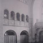 Der hintere Teil der Schwimmhalle mit den Auskleidekabinen am Beckenrand 1902, © Museum Pankow