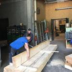 Holz für Wegebänke schneiden in der Tischlerei