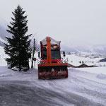 Schnee abkippen mit U530, Winterwanderweg Oberstubenbach