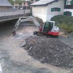 i.A. des Wasserbauamtes: Material ausbaggern am Lech, Einmündung Zürsbach