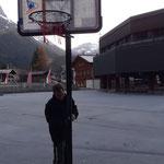 Neue Mittelschule: Basketballkörbe aufbauen und montieren