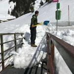 Seekopfbrücke freischaufeln für Zugang Winterwanderweg