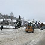 Schneeräumung im Zentrum mit Lader 524