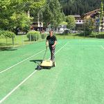 ACCR letzter Streich: Tennisplatz säubern Hotel Arlberg