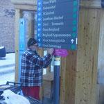 Die neuen Winterwanderwegetafeln montieren